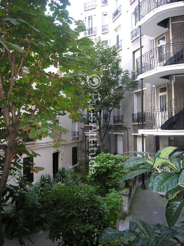 Louer un appartement paris 75015 35m convention ref for Appartement atypique a louer paris
