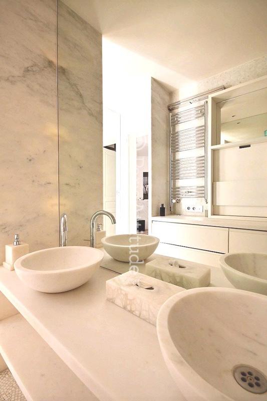 Louer un appartement paris 75001 210m louvre ref 11743 for Appartement atypique a louer paris