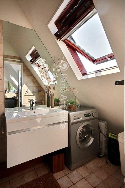 salle de bain avec velux salle de bain sous escalier. Black Bedroom Furniture Sets. Home Design Ideas
