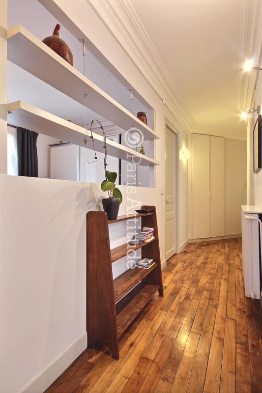 Louer un appartement paris 75018 52m abbesses ref 6880 for Appartement atypique a louer paris