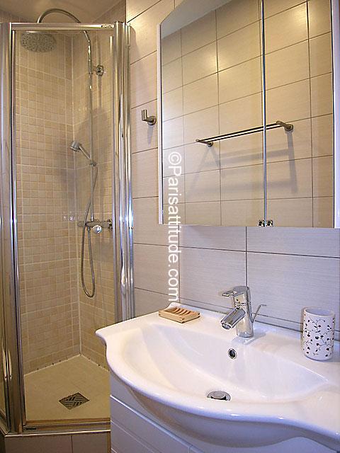 Rent apartment in paris 75011 25m canal saint martin for Martin craig bathroom design studio