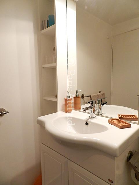 Louer un appartement paris 75004 15m le marais ref 8258 for Appartement atypique a louer paris