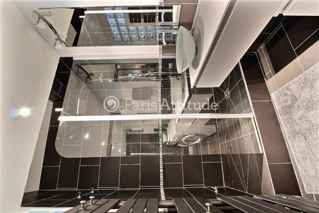 trendy cuest une salle de bain de m quipe avec un lavabo une douche un lave linge un sche linge. Black Bedroom Furniture Sets. Home Design Ideas