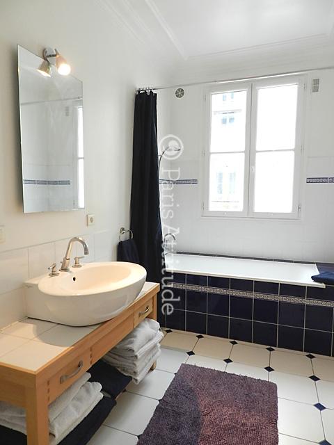 Louer un appartement paris 75004 85m marais ref 3823 for Fenetre dans douche