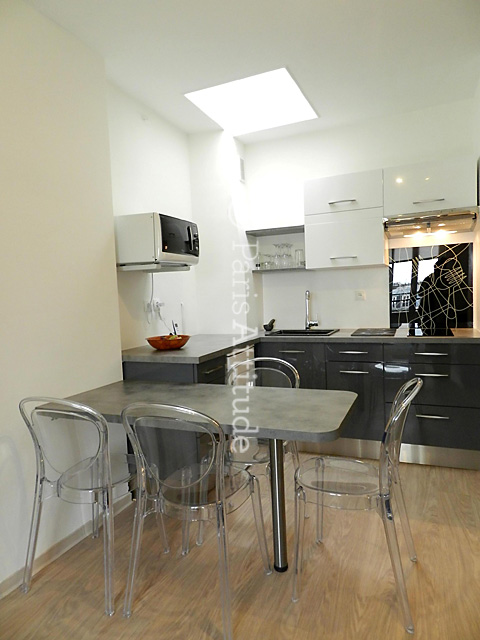 Louer un appartement paris 75010 30m canal saint for Table cuisine 6 personnes